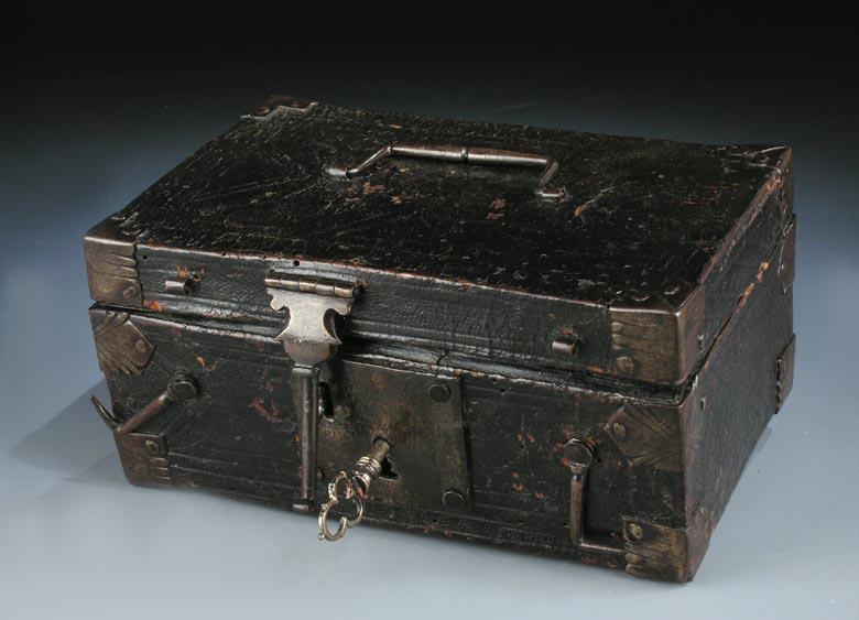 Lederbezogenes Kästchen mit Riegel-Beschlagwerk
