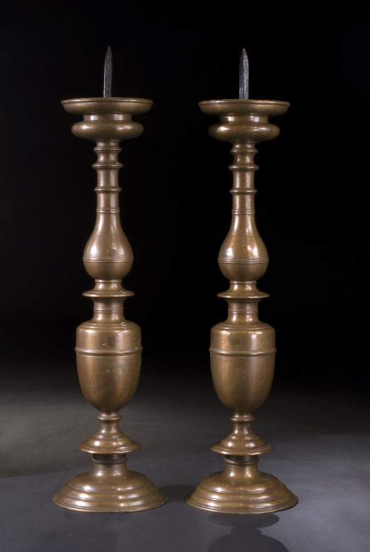 Paar große Altarkerzenleuchter in Bronze