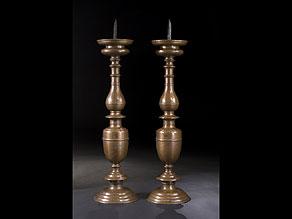 Detail images:  Paar große Altarkerzenleuchter in Bronze