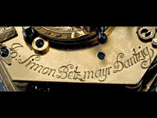 Detail images: Hochbedeutende waagrechte Tischuhr mit Stundenrepetition und Wecker von dem Meister Johan Simon Betzmayr, in originalem Lederetui und in einem hervorragenden Erhaltungszustand. Danzig, ca. 1750