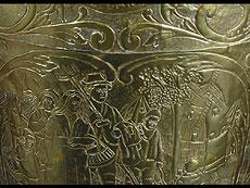 Detail images: Aus Messing und Kupfer getriebene Kanne