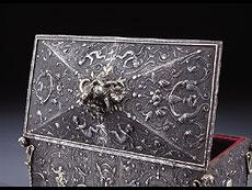Detail images: Italienische Eisenschatulle mit Relief in Silbertauschierung