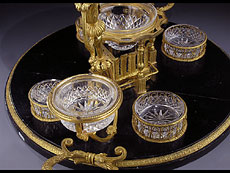Detail images: Prächtiger Tafelaufsatz mit Kaviar-Kristallschale und weiteren Soßen- und Gewürzschalen.