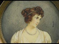 Detail images: Miniaturportrait einer jungen hübschen Dame mit weißem ausgeschnittenem Kleid, Perlenkette