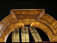 Detail images: Barocker Braunschweiger Vitrinenaufsatzschrank