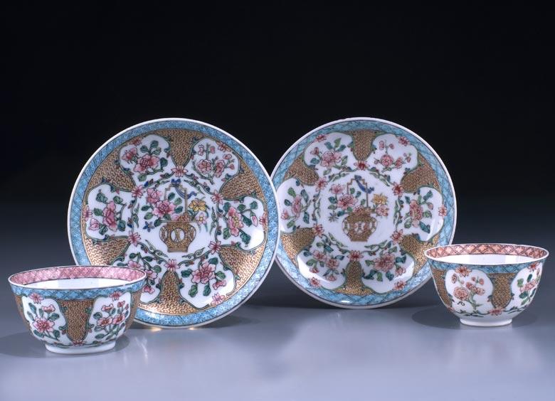 Paar Porzellan-Koppchen mit Untertellern