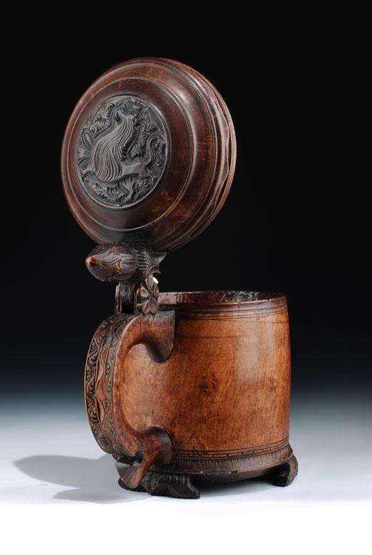 Norwegischer Holzkrug des 18. Jahrhunderts