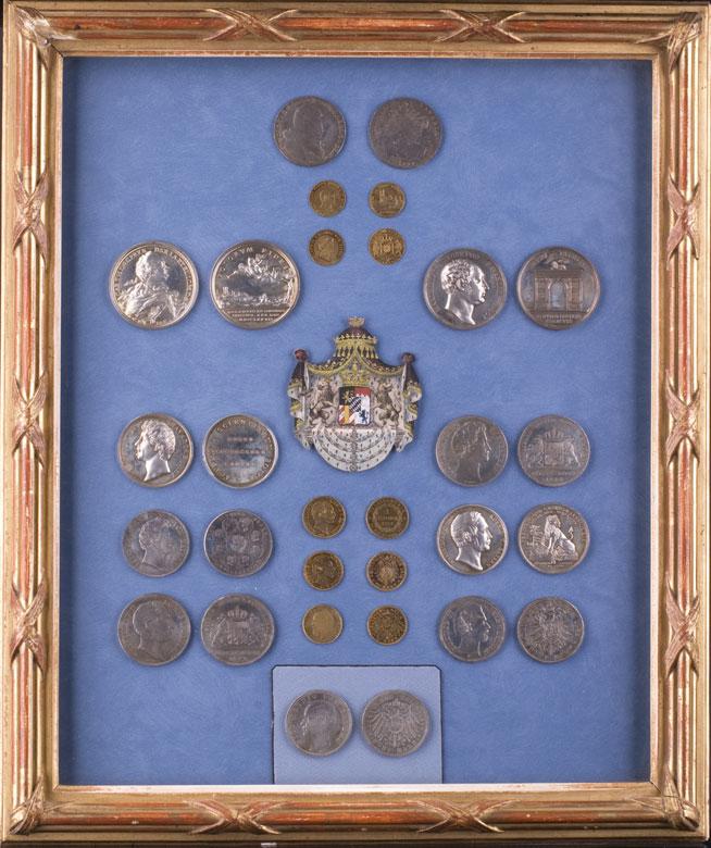 Schaukasten mit bayerischen Münzen und Medaillen