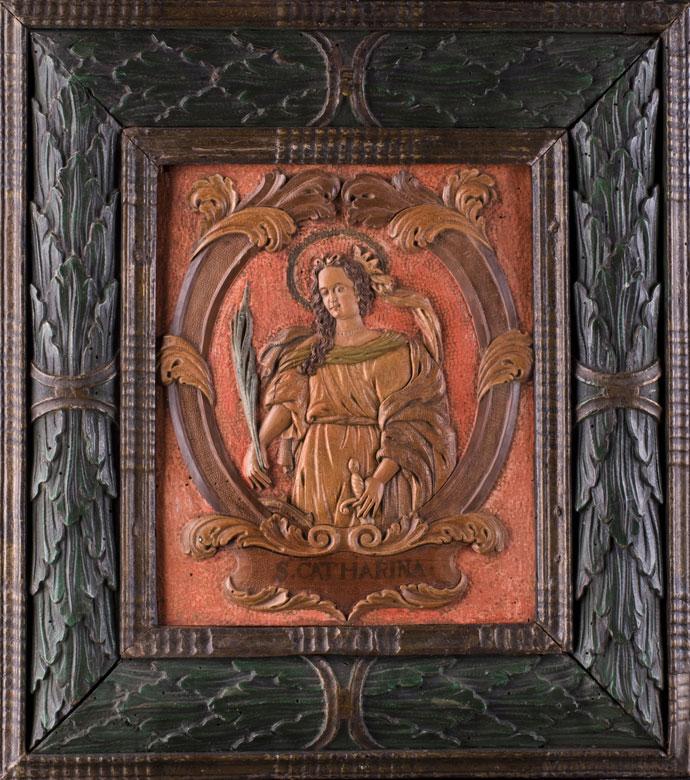 Geschnitztes und original gerahmtes Reliefbildnis der Heiligen Katharina aus der Werkstatt Hagenstumpf/ Eger