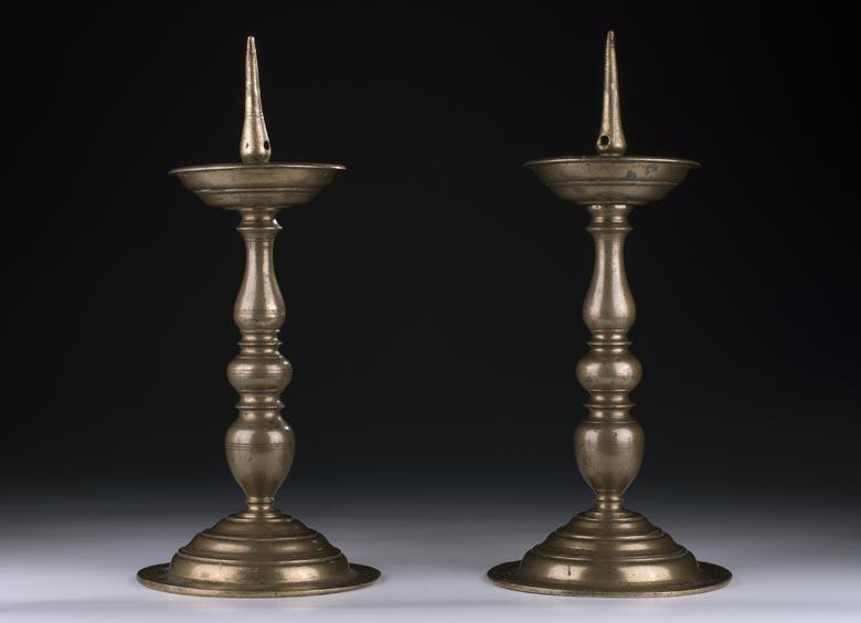 Paar Bronze-Tischkerzenleuchter des 17. Jahrhunderts