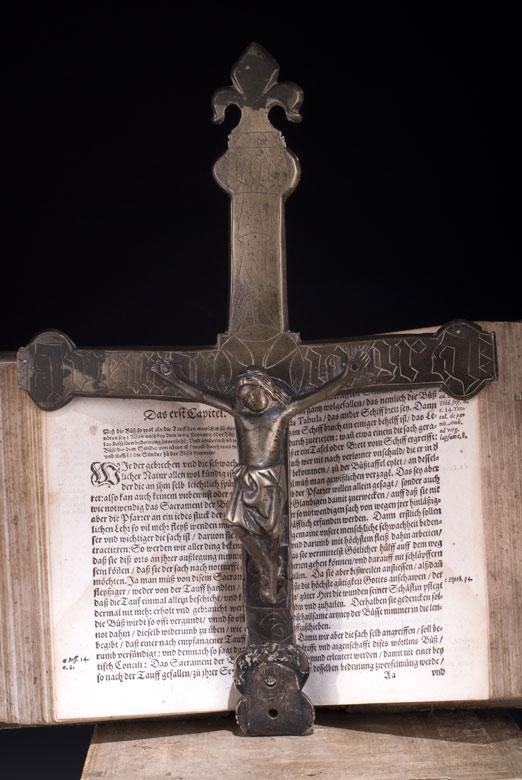 Gotisches Bronzekreuz mit Corpus Christi