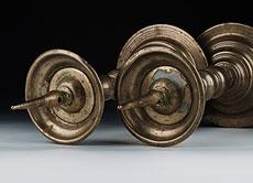 Detail images: Paar Bronze-Tischkerzenleuchter des 17. Jahrhunderts