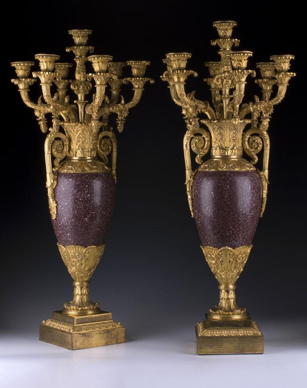 Paar französische Kaminkandelaber in Vasenform