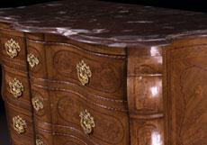 Detail images: Nussbaum-Kommode mit Rokoko-Marketerie und Marmorplatte