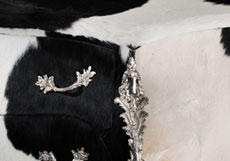 Detail images: Kommode im französischen Louis XV-Stil in origineller Weise mit Kuhfell bezogen