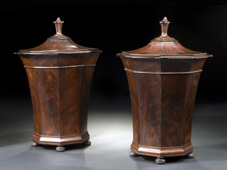 Paar große Deckelgefäße in poliertem Mahagoni