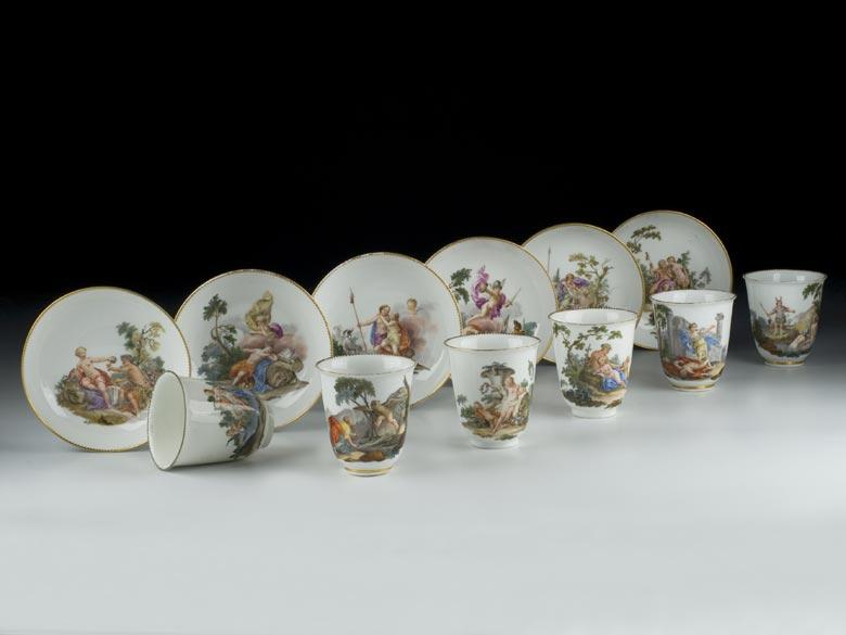 Satz von sechs Meißener Tassen und Untertassen mit antiken Bildszenen