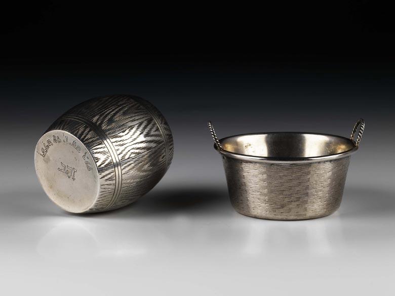 Zwei kleine Silbergefäße mit hebräischen Bodenaufschriften