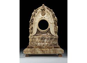 Detailabbildung: Uhrengehäuse in Alabaster mit figürlichen Darstellungen
