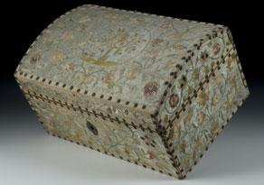 Detail images:  Schatulle in Form einer Miniaturtruhe in Holz