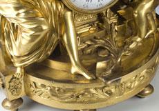 Detailabbildung: Louis XVI-Kaminuhr mit Figurengruppe in feuervergoldeter Bronze