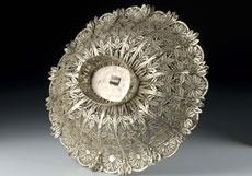 Detail images: Silberschale in Filigranarbeit mit emailliertem, beschriftetem Medaillon