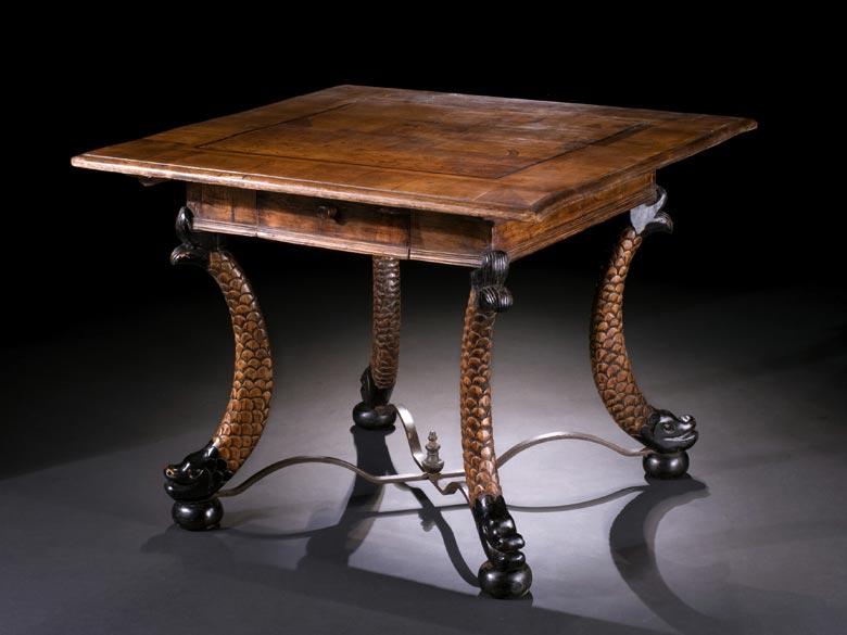Holztisch mit geschnitzten Beinen in Form von Delfinen