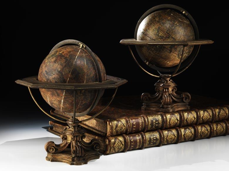 Paar Globen auf geschnitzten Holzsockeln