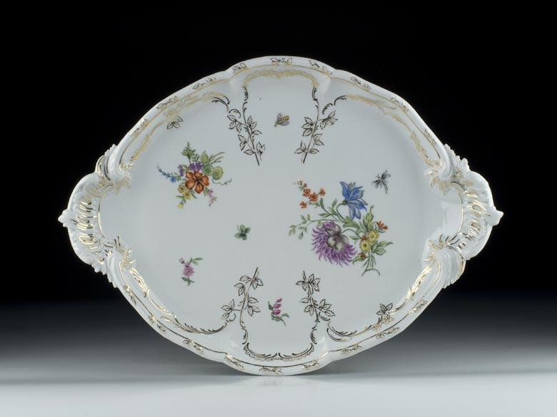 Ovale Porzellanplatte im Rokokostil