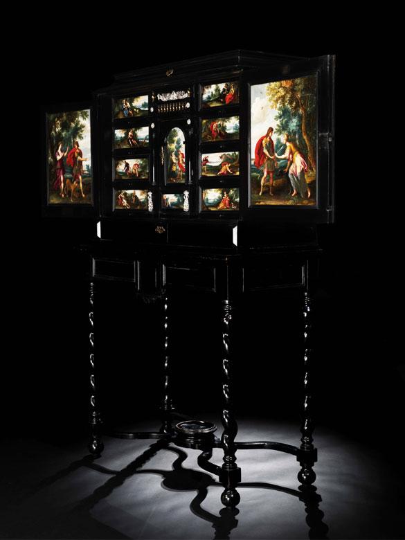 Bedeutendes und in seiner künstlerischen Gestaltung äußerst attraktives flämisches Kabinettmöbel