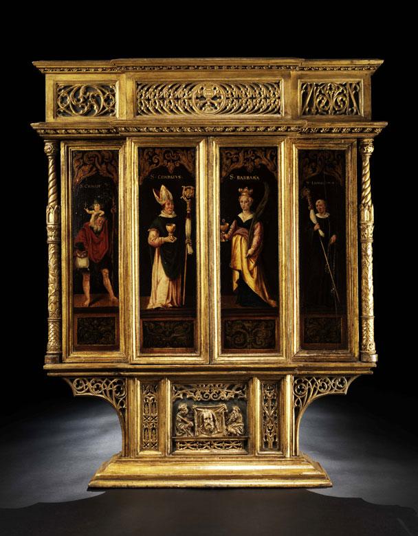 Hausaltar aus einer Schlosskapelle mit gotischen Reliefschnitzereien und gemalten Heiligendarstellungen