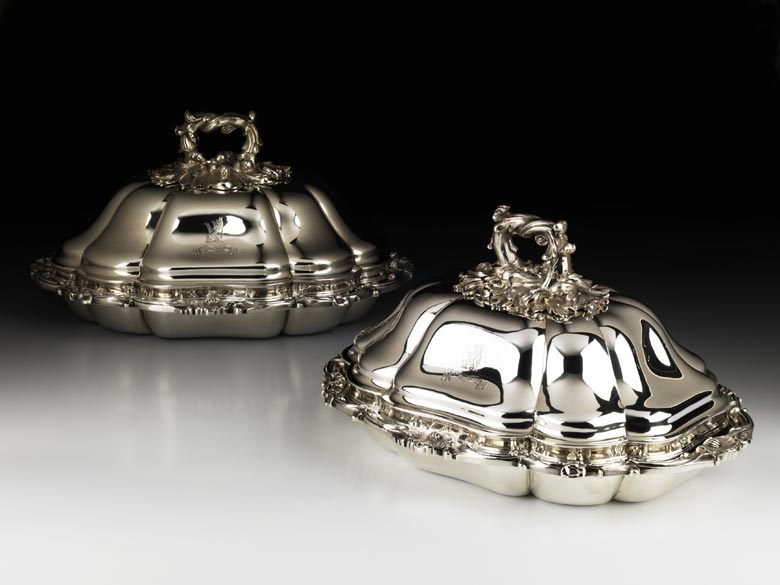 Paar englische Silber-Deckelterrinen