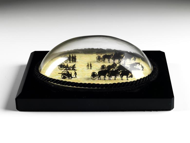 Briefbeschwerer mit ovalem Glassturz