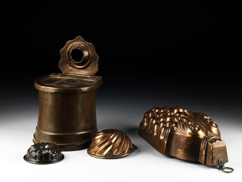 Konvolut von vier Kupferformen mit einem Kupfersalzfass