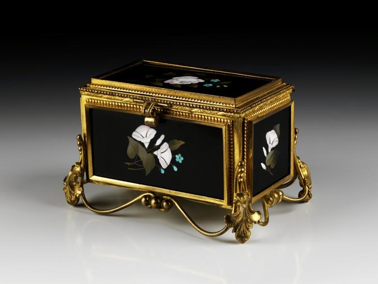 Dose mit Pietra Dura-Einlagen und vergoldeter Bronzemontierung