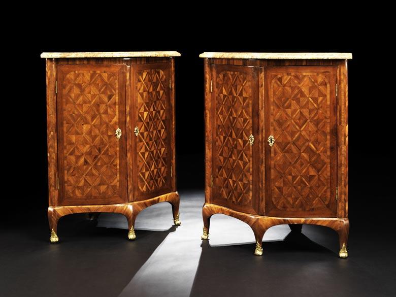 Paar Louis XV-Eckschränkchen