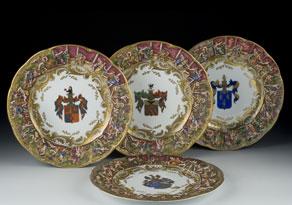 Detail images:  Satz von vier Porzellantellern mit Wappenmalerei und Reliefszenen in der Fahne