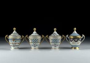 Detail images:  Satz von vier doppelhenkeligen Porzellantassen mit spitz zulaufenden Deckeln