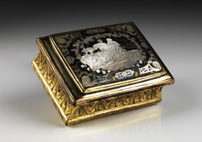 Detail images:  Vergoldete Schnupftabakdose mit Schildpattdeckeleinsatz und figürlich graviertem Perlmuttdekor