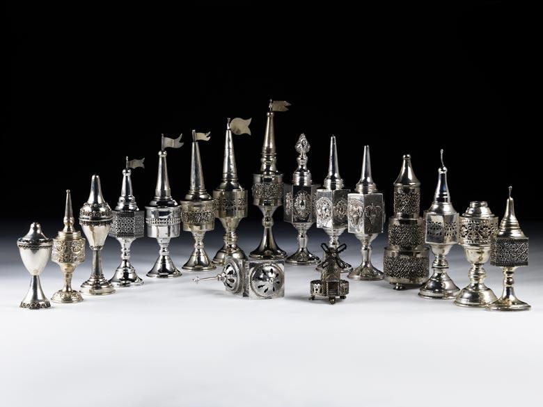 † Sammlung von insgesamt 17 Judaika-Besomim-Büchsen
