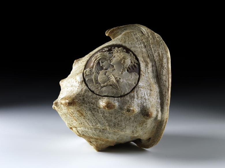 Muschel mit Reliefmedaillon