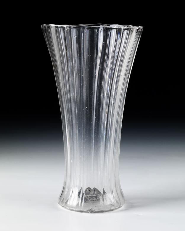 Hoher, gerippter Glasbecher