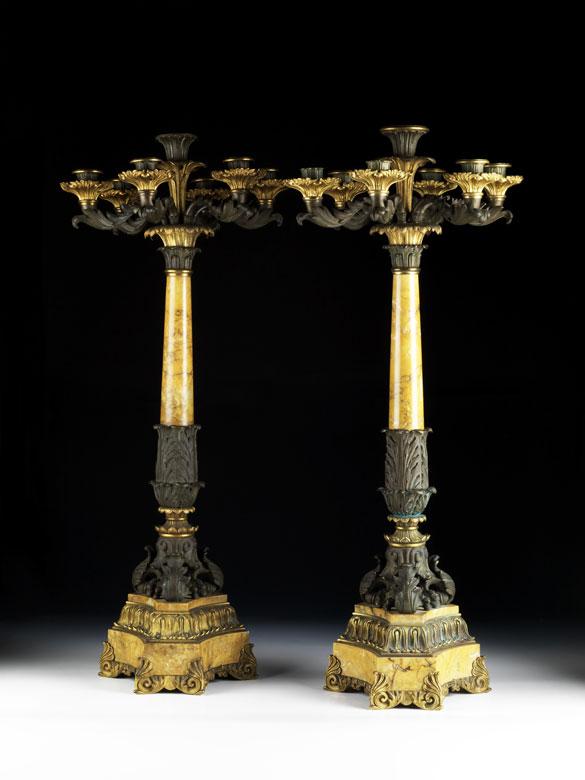 Paar hohe Kamin- oder Tischkerzenleuchter in Bronze und Marmor