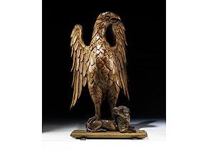 Detail images:  Schnitzfigur eines Adlers, auf dem Rücken eines liegenden Hundes stehend