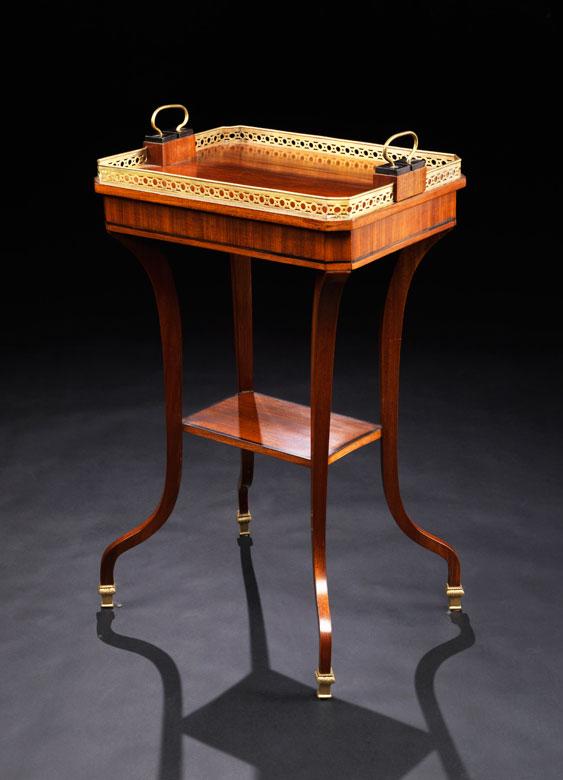Klassizistisches Beistell-Tischchen mit tablettförmiger Platte und Etagenbrett