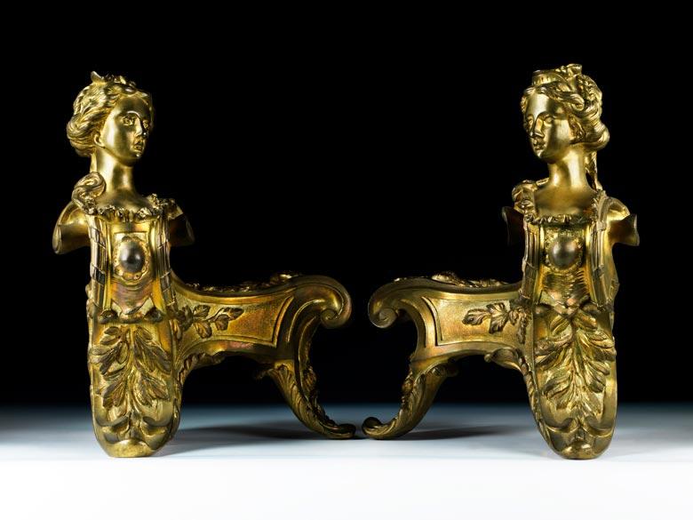 Paar figürlich gestaltete Kaminböcke im Rokoko-Stil