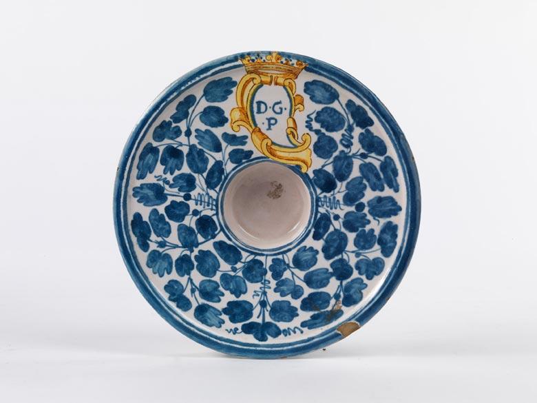 Kleine Fayence-Platte mit bekrönter Wappenkartusche