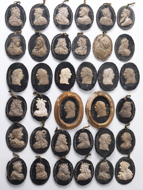 Serie von 36 ovalen Cäsarenkopf-Reliefs