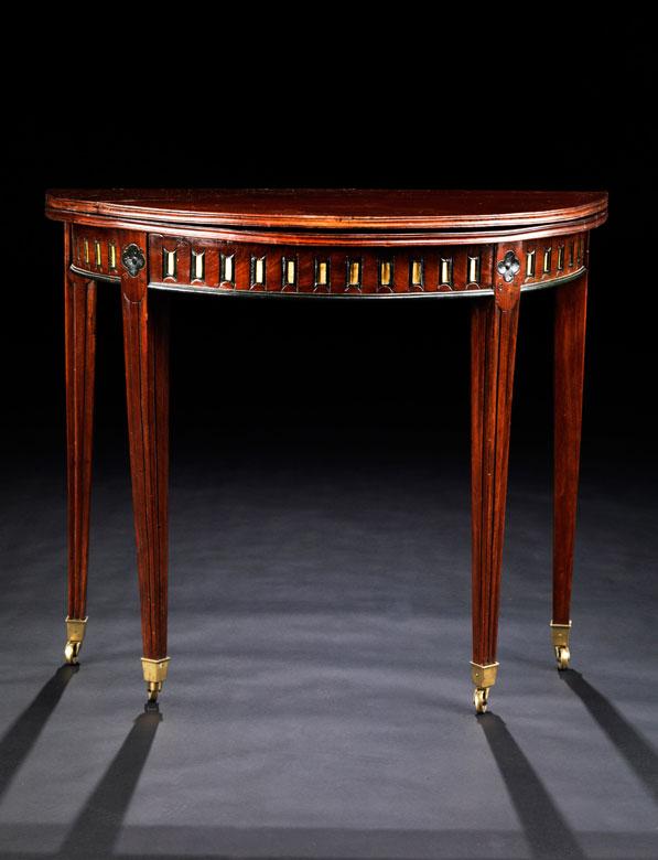 Kleiner, runder Klapptisch (Gate Leg-Table)