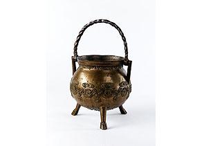 Detailabbildung:  Bronze-Dreifuß mit Henkel
